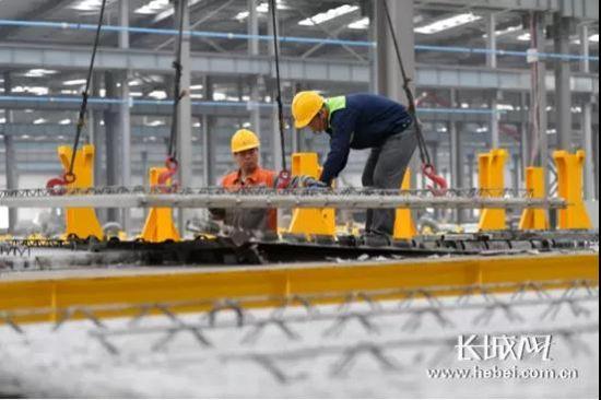 泰华远大装配式建筑(廊坊)有限公司工人在固定钢筋。王晖 摄