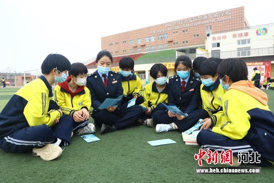 邢台经济开发区税务局干部在向学生们讲解税收知识。 郭辉 摄