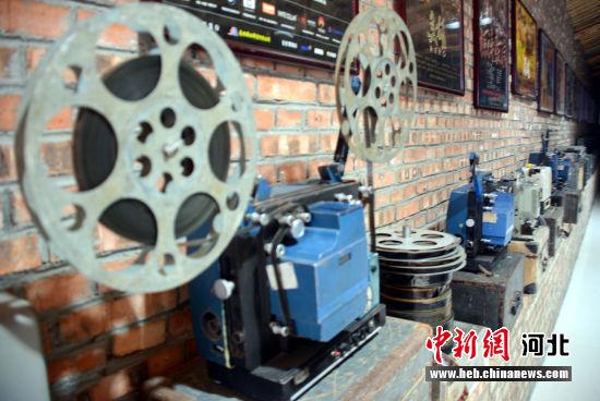 图为老电影播放机。 郭英�j 摄