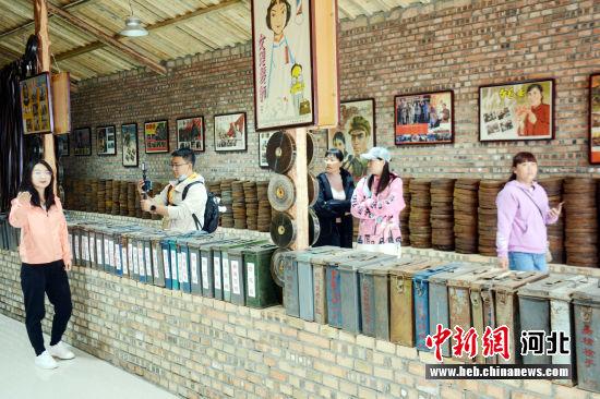 游客参观电影陈列馆。 郭英�j 摄