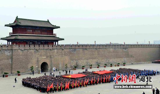 河北正定中学2000余名师生在正定南城门瓮城内举行励志远足宣誓仪式。 王大江 摄