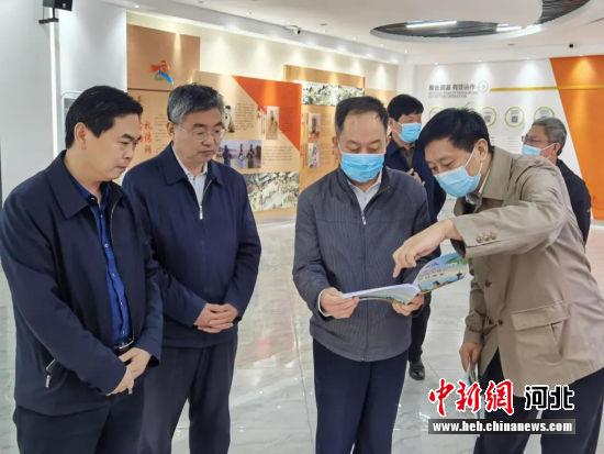 与会嘉宾参观涿州市新时代文明实践中心展厅。 邢占山 摄