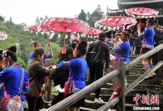 资料图:游客游览三江程阳风雨桥。 黄艳梅 摄