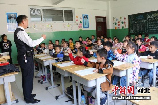 活动中,田胜强老师通过表演、现场讲解等形式,向学生们普及脸谱文化的起源以及和景县的关系。 郑学建 摄