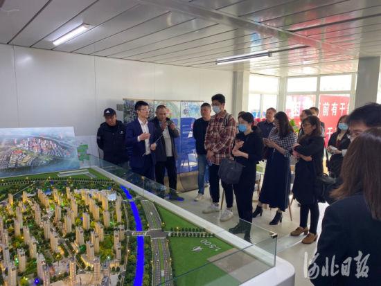 来自北京与河北20多家主流媒体走进廊坊临空经济区,了解区域规划和项目布局,并考察了省级重点生活保障项目航空小镇的建设情况。刘洋摄
