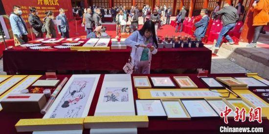 游客在康乾百寿系列展品前参观 张桂芹 摄