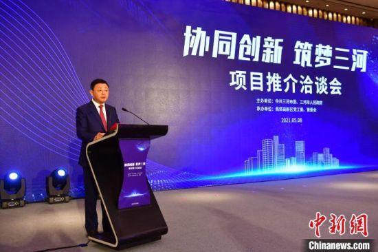 图为三河市委书记刘连杰在项目推介会上介绍该市产业优势。 张振旗 摄
