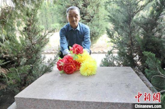 清明时节,霍贵友为无名烈士献花。 姚友谅 摄
