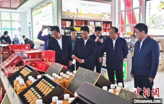 领导及嘉宾参观承德山水农产品展厅 张桂芹 摄