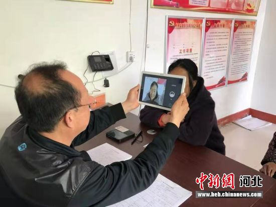 工作人员为油召乡后李庄村群众提供便民服务。 段国英 摄