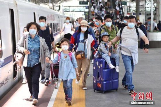 资料图: 江苏省南京市,旅客在南京火车站出行。   中新社记者 泱波 摄