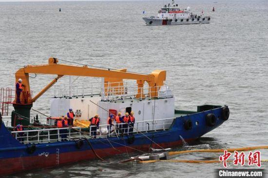 """图为河北海域举行""""陆海空天""""一体化船舶溢油应急演习。 河北海事局供图"""