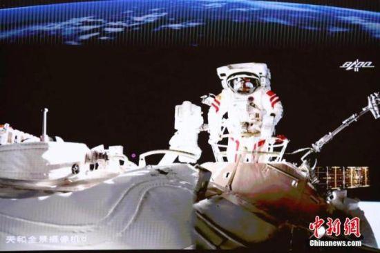 图为航天员在舱外。 供图:贺喜梅