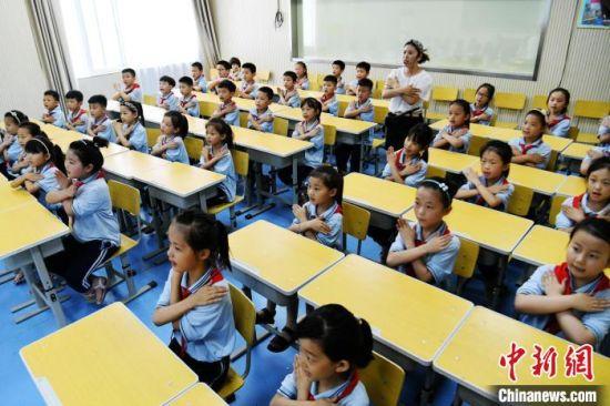 图为孩子们学习防溺水手指舞。 程学虎 摄