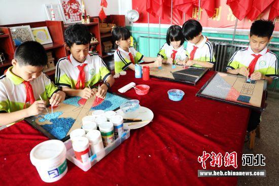 平乡县西位明德小学纸浆画社团学生在进行创作。 姚友谅 摄
