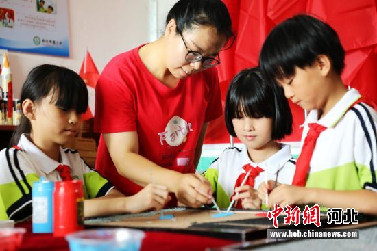 平乡县西位明德小学纸浆画辅导教师杨小蕾在指导学生创作。 姚友谅 摄