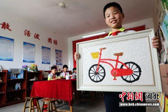 平乡县西位明德小学学生朱芯池展示纸浆画优秀作品。 姚友谅 摄