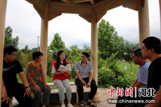 为宣讲团成员深入村内文化公园开展宣讲活动。 刘巨雷 摄
