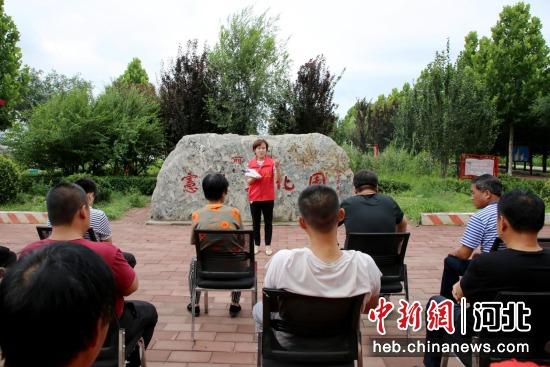 图为宣讲团成员深入村内宪法文化园开展宣讲活动。 刘巨雷 摄