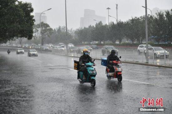 北京大部地区出现暴雨,早高峰受到影响。图为雨中的西直门地区。 图片来源:视觉中国