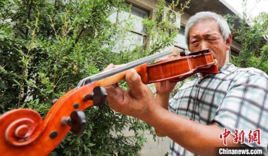 崔法晨检查小提琴琴码。 刘一鸣 摄