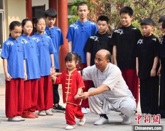 图为育德太极武术院院长李利周指导小学徒学习太极拳。 胡高雷 摄