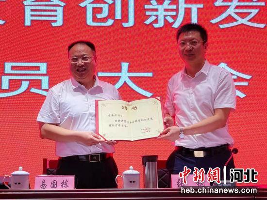 成都七中党委书记、校长易国栋(左)受聘为易县教育创新发展特约首席专家。 冯英华 摄
