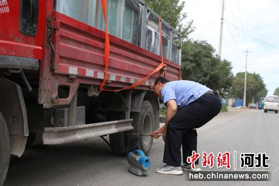 执法人员正在检测车辆尾气。 刘杨 摄
