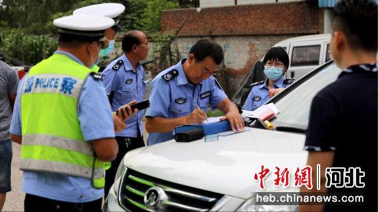执法人员对超标违规车辆进行现场处罚。 刘杨 摄