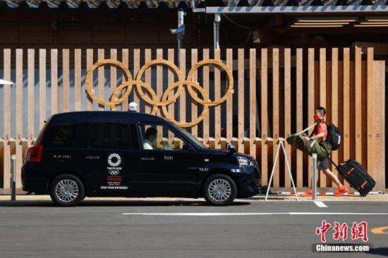 当地时间7月19日,记者探访东京奥运会奥运村广场。图为奥运村入口处排队等候的出租车。 中新社记者 富田 摄
