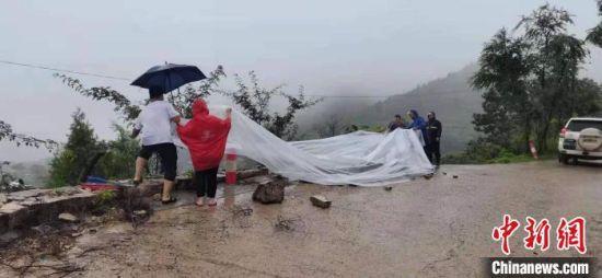 磁县山区部分道路路基被雨水冲毁,防汛一线人员冒雨抢修。 齐雄 摄