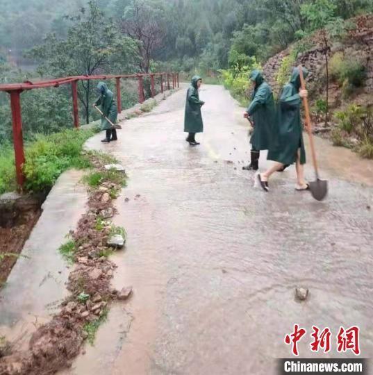 磁县陶泉乡干部群众在高穴村抢修道路。 张鑫 摄