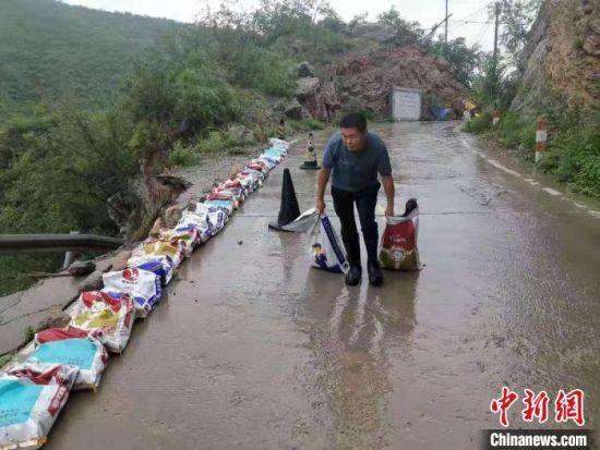 暴雨间歇期间,磁县一线防洪人员紧急处置险情。 齐雄 摄