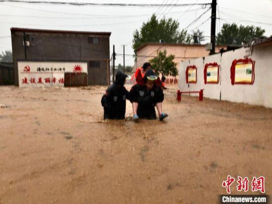 磁县磁州镇,一线防汛抢险人员紧急转移受灾群众。 宋佳伟 摄