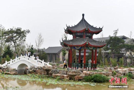 图为7月21日,游客在雄安郊野公园保定展园游玩。 中新社记者 韩冰 摄