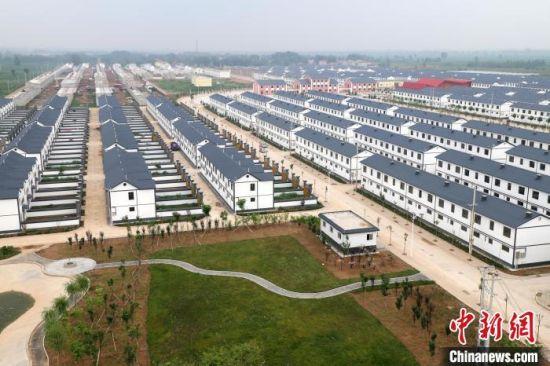魏县沙口集乡贺祥社区一排排整齐的搬迁安置新房拔地而起 任寒霜 摄