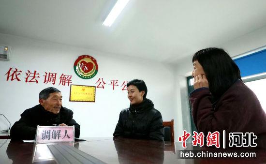 """邢台市任泽区""""五老""""调解员张庆兰(左一)在为村民进行调解。 宋杰 摄"""