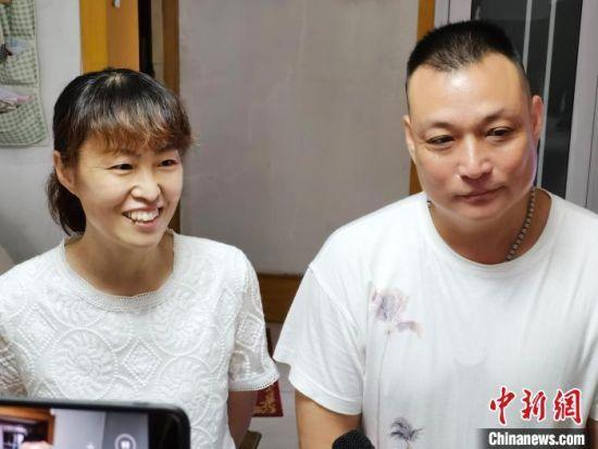图为李冰洁父母在河北保定家中接受采访。 吕子豪 摄