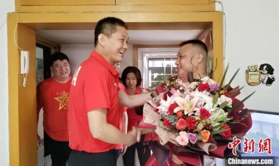 图为河北省体育局游泳跳水运动管理中心主任刘立彦到李冰洁父父母家中慰问。 徐巧明 摄
