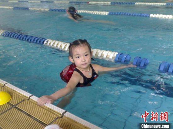 图为幼时李冰洁在泳池图片。 李冰洁父母供图