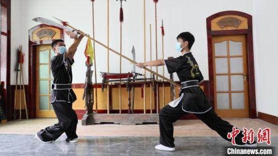 """学生们在练习""""南宫开河少林散手通背门""""的器械。 田威 摄"""
