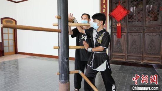 李秀志(左一)指导学生练习武术动作。 田威 摄