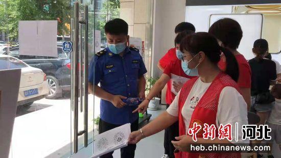 执法组对经营场所进行执法检查。 王伟 摄