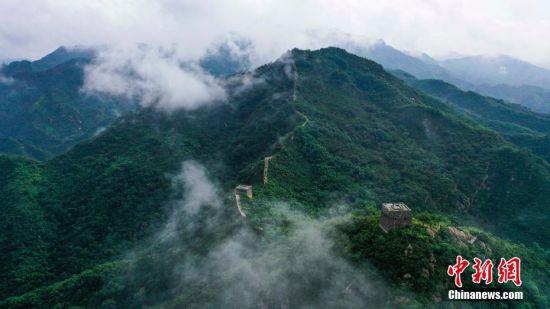2021年8月15日,河北省遵化市细雨绵绵,雨雾中的长城时隐时现。 中新社发 刘满仓 摄 图片来源:CNSPHOTO