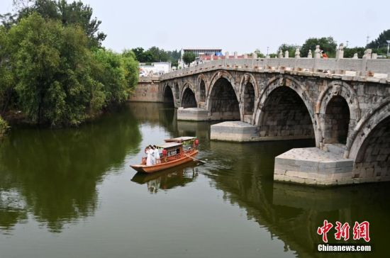 8月15日,游客在河北献县的单桥参观。 中新社记者 翟羽佳 摄