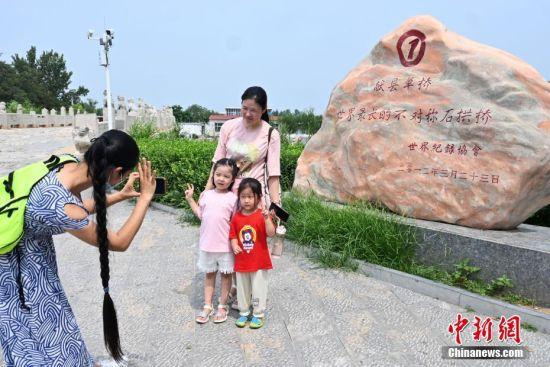 8月15日,市民在河北献县的单桥拍照留念。 中新社记者 翟羽佳 摄
