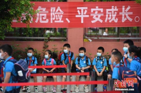 资料图:2020年9月1日,重庆市大渡口区双山实验小学的学生们戴着口罩有序进入校园。 中新社记者 陈超 摄