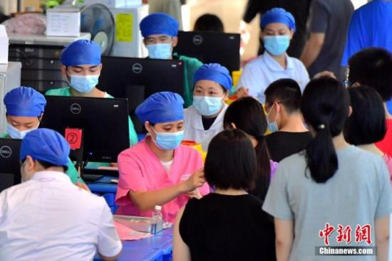 资料图:福建省福州第四十中学金山分校疫苗接种点,医务人员为学生接种新冠疫苗。张斌 摄