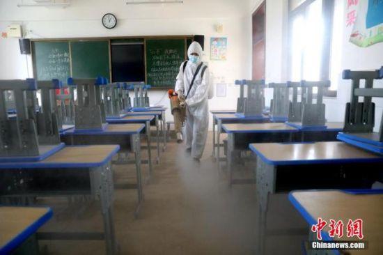 资料图:8月17日,消防队员在湖北襄阳一小学进行专业消杀。张岩岩 摄