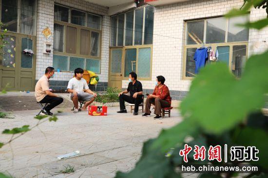 平乡县寻召乡王家桥村干部走访青少年家庭。 姚友谅 摄